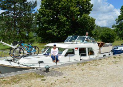 messing-in-boats_linssen_nivernais_lock