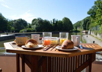 messing-in-boats_nivernais_breakfast